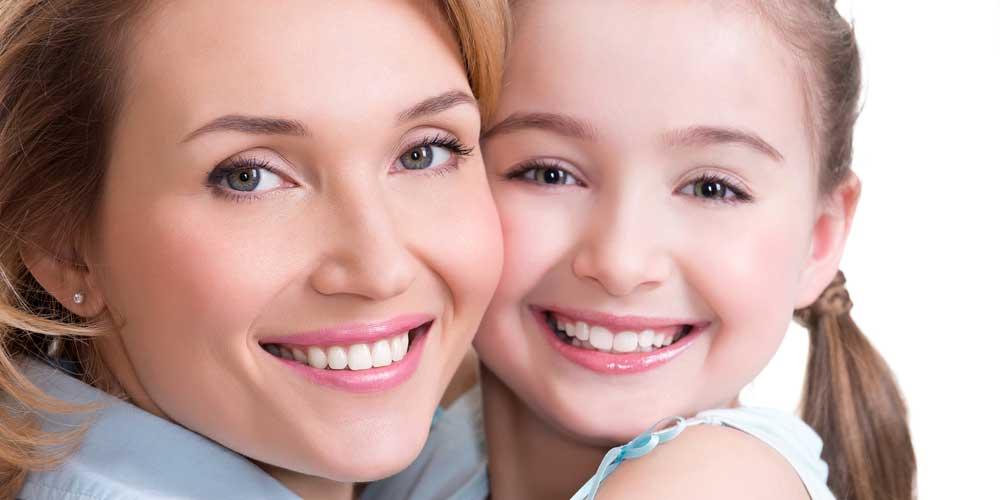 donna e bambina denti perfetti